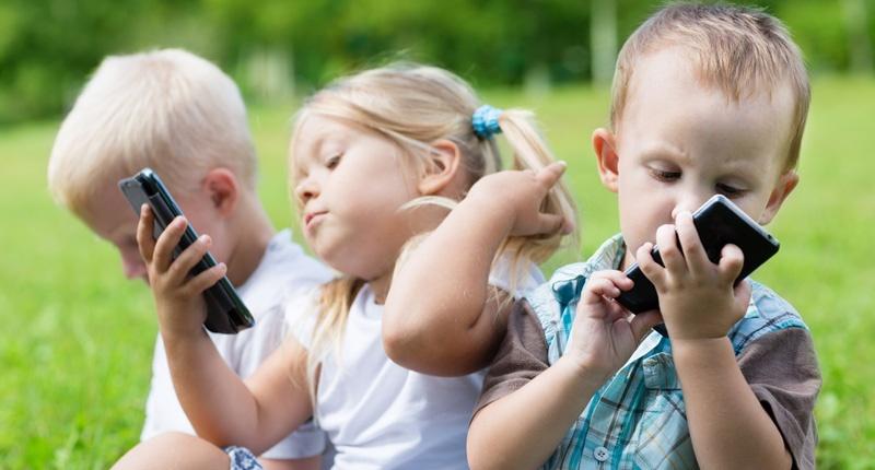 Tác hại của việc cho trẻ em dùng smartphone, Ipad, facebook ...