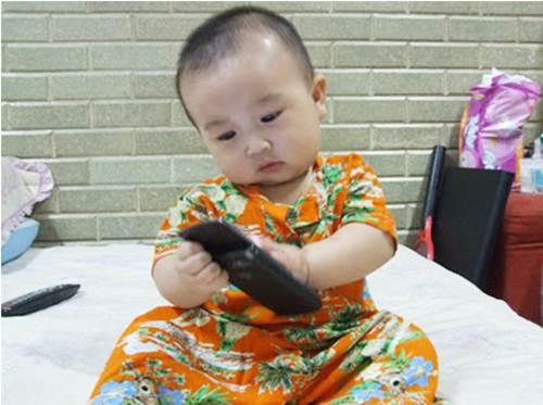 nhung-thoi-quen-xau-tu-thuo-lot-long-khien-lon-len-be-kem-thong-minh-hiem-hoa-khon-luong-khi-cho-be-tiep-xuc-voi-dien-thoai-som-1-1488422823-width500height373
