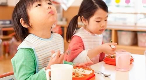 nhung-thoi-quen-xau-tu-thuo-lot-long-khien-lon-len-be-kem-thong-minh-tre-an-uong-tot-sao-khong-khoe-1488422812-width500height276